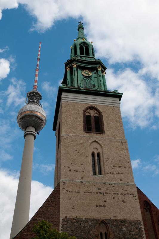 Duitsland Berlijn - Fernsehturm en Marienkirche