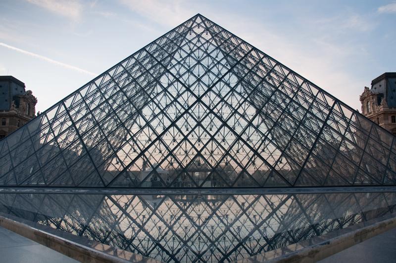 Frankrijk Parijs - Piramide van het Louvre