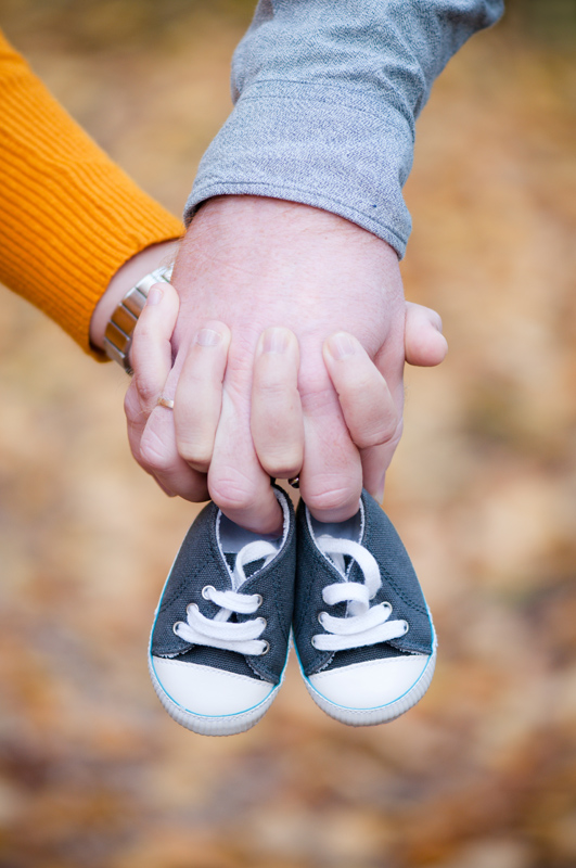 Zwangerschapsshoot herfst - handen met schoentjes