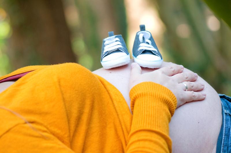 Zwangerschapsshoot in het bos - schoentjes op buik