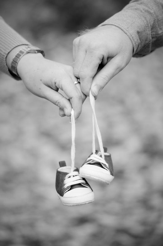 Zwangerschapsshoot herfst - schoentjes in handen